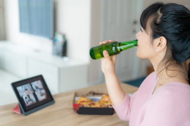 ผู้หญิงดื่มแอลกอฮอล์