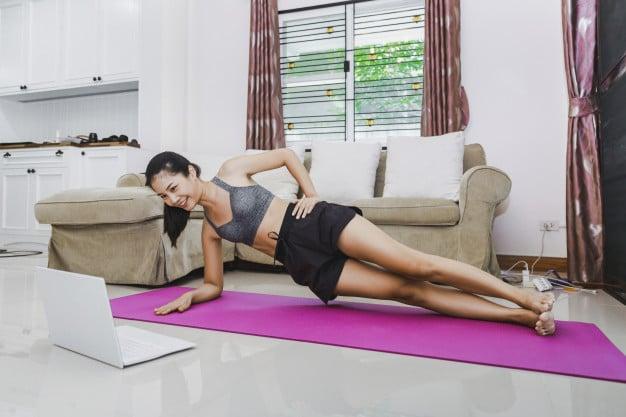 ผู้หญิงออกกำลังกายที่บ้าน