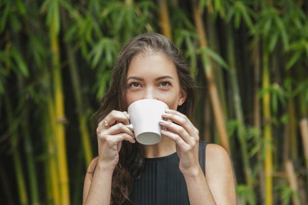 ผู้หญิงดื่มชาเขียว